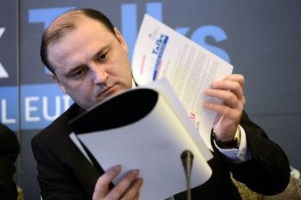 Ministrul pentru Societatea Informationala, Razvan Cotovelea, citeste o prezentare in cadrul conferintei internationale