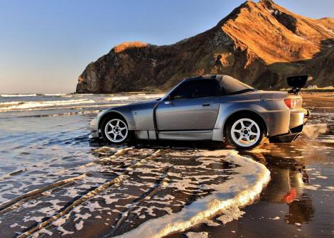 car_on_beach-890273